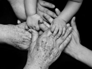 manos-de-niños-jovenes-ancianos